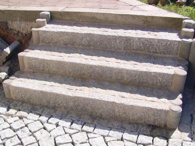 Gartentreppe bei Landshut Granit Betonauspflasterung
