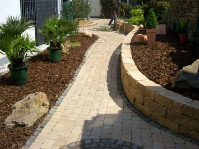 Gartenweg pflastern mit Mauer
