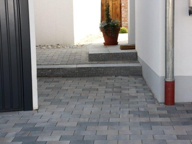 Hauseingang bei Landshut mit Stufe