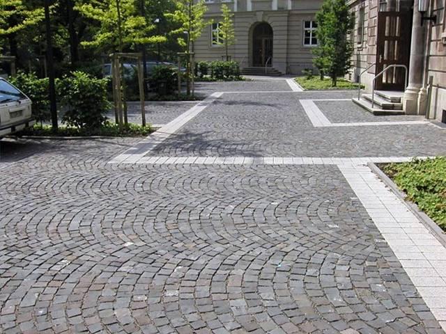 Einfahrt pflastern Natursteinpflaster Segmentbogen