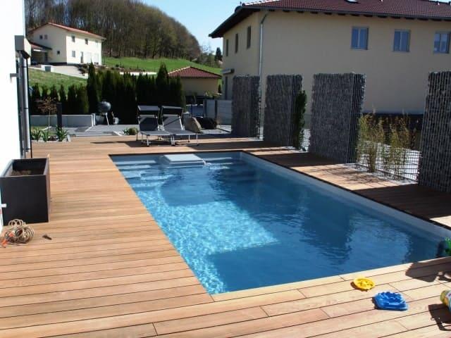 Terrassengestaltung Pool Holzumrandung